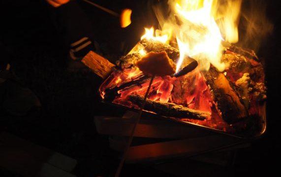 キャンプで焚火